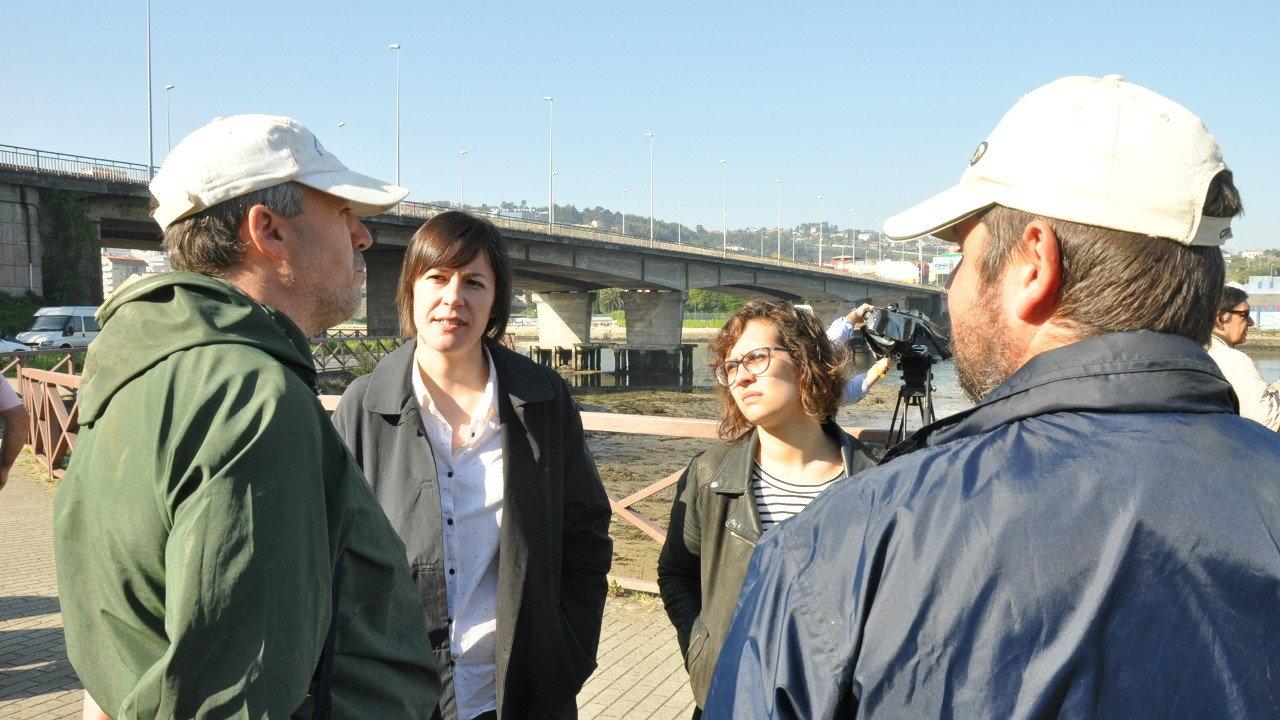 Ana Pontón e Avia Veiga con mariscadores da Ría do Burgo