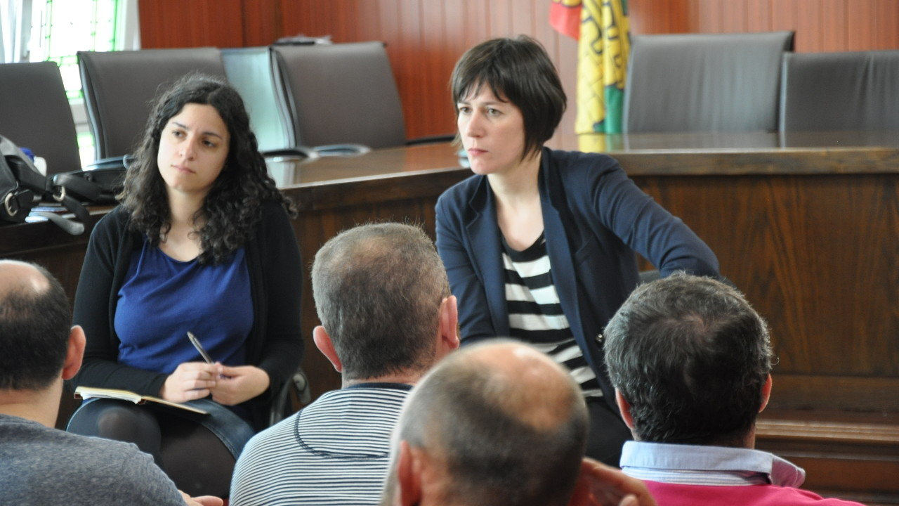 Ana Pontón e Noa Presas co comité de empresa de Ferroatlántica